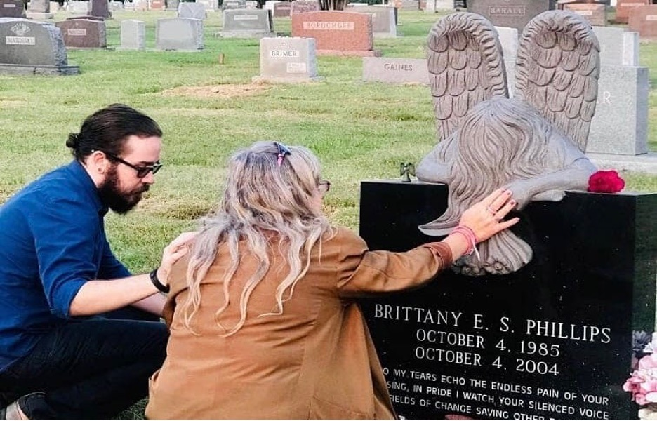 Murder victim's brother and mother mourn at her grave
